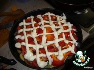 Сыр и чеснок потереть на мелкой терке, смешать с майонезом, покрыть овощи.