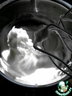 Яйца разделить на желтки и белки. Белки взбить в крепкую пену и добавлять постепенно сахар.