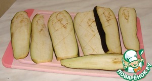 Eggplant cut into slices. Who steeps - for 15 minutes in salt water.