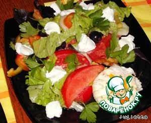 """Салат """"Греческий"""" с яйцами-пашот – кулинарный рецепт"""