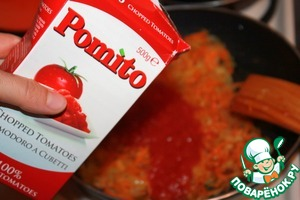 Положить помидоры в собственном соку и тушить вместе с морковью и луком 7 минут. Можно добавить по 1 чайной ложке молотой паприки и тмина.
