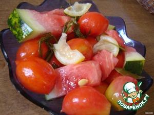 Через сутки получились малосольные помидорчики и арбуз с запахом и привкусом лимона!   УГОЩАЙТЕСЬ!