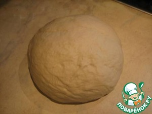 Knead the dough, knead with your hands on the table for about 10 minutes, until they begin to lag behind the hands, if necessary, pour flour