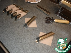 Special tubes for cannoli wrap diagonally with squares of dough, grease the end of the test yolk or water, good seal and thus prepare all ducts for frying.