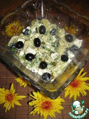 5. Полить соусом салат, добавить фету и осторожно перемешать, чтобы соус равномерно покрыл все ингредиенты.
