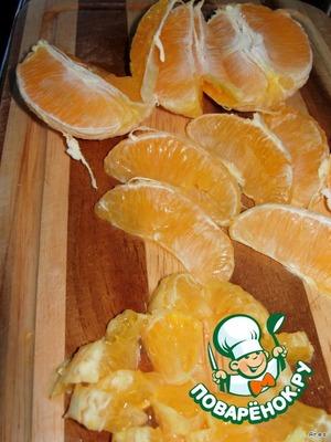 Апельсины, по возможности, отчищаем от белых частей (пленочки я оставила, мне так даже больше нравится) и вытаскиваем косточки