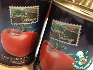 Далее добавляем в смесь томатную пасту.   Продолжаем перемешивать миксером.