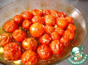 While preparing the dough, prepare the tomato sauce. Bake the tomatoes with the garlic and spices in olive oil. RUB or chop with a knife, as you like.
