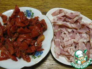 Drain tomatoes from oil and cut into small pieces, bacon cut into strips. Beans boil in salted water for 10 minutes. Drain the water, leaving 100 ml of the broth for the marinade.
