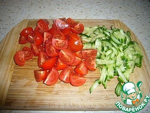 Cut the tomatoes into slices, cucumbers - julienne.