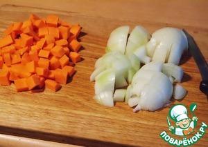 Морковь и лук нарезаем небольшими кусочками и обжариваем до готовности, в конце добавляем чеснок.