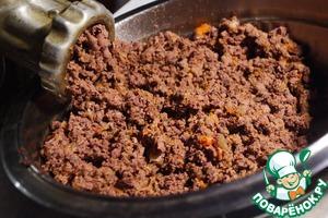 Перемешиваем печень с луком и морковью, ждём, когда остынет, и прокручиваем на мясорубке.