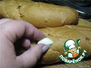 Натереть хлеб чесноком.