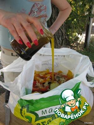 Добавляем паприку, чёрный перец, соевый соус, выливаем в пакет маринад.
