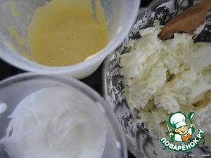 Отделяем желтки от белков;   желтки растираем с сахарной пудрой;   белки взбиваем в крепкую пену (чтобы пена лучше держалась, яйца должны быть хорошо охлажденные).
