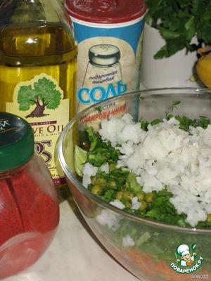 Заправить салат молотой паприкой, соком лимона, солью и оливковым маслом по вкусу.   Можно вместо масла использовать постный майонез. Вкус только улучшится.   Не постящимся можно добавить вареные яйца и заправить майонезом.