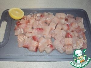 Филе нарезать не слишком мелкими кубиками и сбрызнуть соком 1.4 лимона. Пусть постоит пару минут, ведь ни для кого не секрет, что рыба обожает лимонный сок.