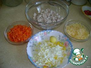 Мелко нарезать отварное куриное филе, немного измельчить корейскую морковку, натереть на терке яйца и твердый сыр (можно плавленый).