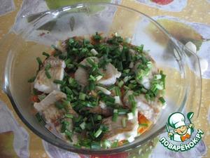 """Рыбу обжарить на сковороде, слегка посолить (я специями не приправляла, т. к. у меня не майонез, а """"Соус для рыбы и морепродуктов"""", он уже со специями. Если готовите с майонезом, добавьте специи). Выложить сверху на морковь. Посыпать сверху луком."""