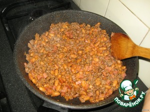 So we need wheat tortillas (tortillas), but we usually replaced them with pita bread, processed cheese slices and two types of filling: vegetable and meat.   Prepare meat filling: Fry in small amount of vegetable oil ground beef, a little potseluem and pepper. Add chopped ham and green beans in tomato sauce. Simmer for about 15 minutes.