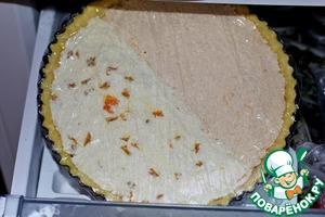 Заворачиваем наш пирог в пищевую плёнку и отправляем в морозилку, где он может храниться до двух месяцев. Если у меня много пирогов, а форма одна, я достаю пирог из формы и храню его на ровной поверхности, чтоб не треснул. Дальше на него можно поставить ещё, ещё и ещё, а перед запеканием вставляю в форму, в которой он был заморожен, куда он легко входит.