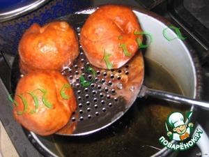 В небольшой кастрюльке разогреть масло (так, чтобы оно было горячим, НО не слишком, иначе пончики будут обгарать снаружи и не допекаться внутри).    Опускать шарики в масло и доставать шумовкой, когда пончики всплывут и станут коричневатого цвета, чтобы стекло лишнее масло.