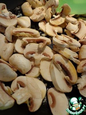 На сковороде растопить сливочное масло, добавить оливковое. Обжарить чеснок и грибы минут 5, помешивая, на среднем огне.