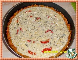 Добавить базилик (нет свежего, вполне сушеный подойдет), укроп,    посолить и поперчить и вылить на помидоры яичную смесь.
