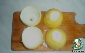 Лимоны обдать кипятком, разрезать пополам и аккуратно вынуть мякоть (ее используйте для чая).    И у каждой половинки срезать