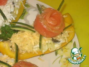 Красную рыбу (у меня семга), тонко порезать (еще лучше взять готовую нарезку), скрутить цветочек, установить его на перец, украсить полосочками огурца.... и