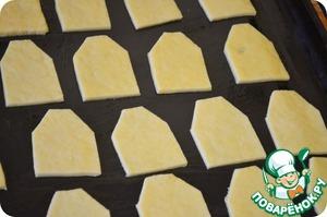 Вырезаем наши печеньки в форме чайных пекетиков (не зря же мы заготовку из картона делали)).