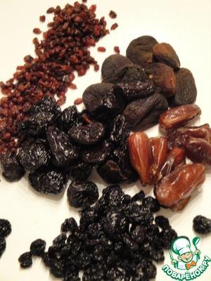 Сухофрукты, все что вы любите или то, что в данный момент дома. У меня сушеная вишня, сливы, абрикосы, барбарис, финики, клюква. Мелко порезать.