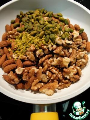 Орехи подсушить на сухой сковороде, остудить и измельчить, но не сильно мелко, ножом или положить в мешочек и пару раз пройтись скалкой.