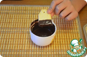 Dip cooled cookies until midway into the chocolate. Carry out this procedure with all the cookies). And put into the fridge until the glaze. Optionally, you can stick in the hole the thread with a tag, for a complete resemblance with a tea bag)
