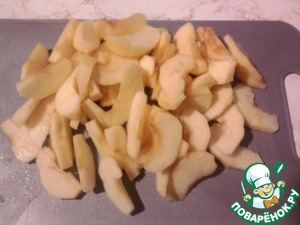 Apples wash, dry, peel and seeds, cut into slices.