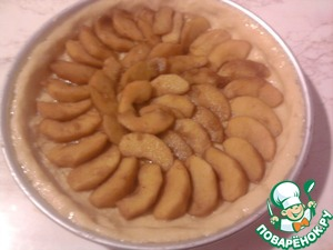 Apples remove from the pan. Coffee does not pour! The dough apples and bake in a preheated oven at 200 degrees.