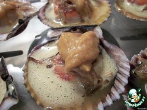 Затем берем пюре из тыквы и лука-порея и аккуратно маленькой ложечкой выкладываем вот такие сердечки поверх гребешка.