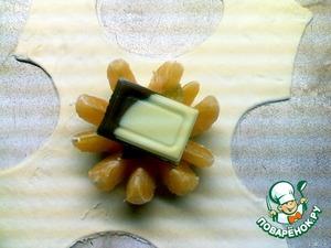 На середину подготовленного теста положить мандарин, в середину положить 0,5 ч.л. мёда, несколько кусочков мармелада (предварительно порезанного) и кусочек шоколада.    Соединить все края теста, защипнуть, лишнее удалить.