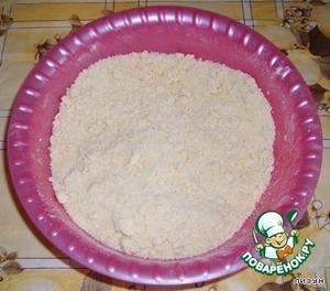 Для теста: в муку высыпаем сахар, ванилин, добавляем соду и перемешиваем. Мягкий маргарин разминаем с мукой, до образования крошки.