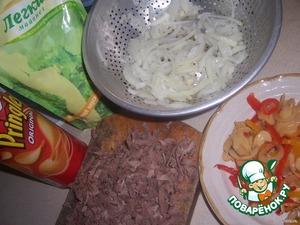 Слои.   1. Помятые чипсы, перемешанные с майонезом и луком, нарезанным полукольцами. Чтобы лук не горчил необходимо залить его кипятком на пару минут.    2. Потёртый на крупную тёрку язык, майонез.    3. Измельчённые маринованные шампиньоны и перец, перемешать, положить сверху на язык.    4. Тёртые на мелкой тёрке яйца.      Очень вкусный и нежный салатик.