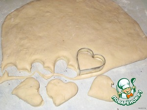 Then with a rolling pin roll out to a thickness of about 1-1,5 see  Molds to squeeze out of figures, or simply cut into squares,