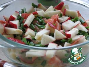 Яблоко и рыбу нарезать небольшими ломтиками.