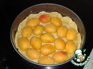 Абрикосы отделить от косточек. Сверху кладём абрикосы разрезом вниз, чтобы пирог сверху получился холмиками, присыпать оставшимся сахаром (50 гр.).