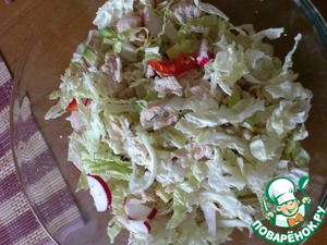 And it turns out very nice, tasty and tender salad, season with sour cream and serve, Bon appétit!