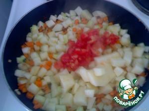 буквально через 2-3 мин добавляем картофель и помидор, очищенный от кожуры и порезанный на мелкие кубики