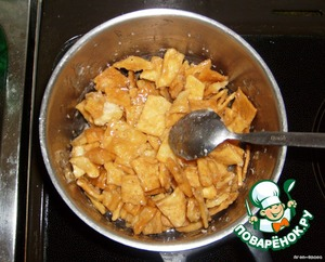 Put our crackers in a saucepan and carefully mix them until all of them are covered with a smooth layer of syrup.