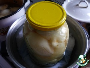 Banks with the syrup place in a saucepan with water (I pour hot water from the tap) at the bottom of the pan is a must! put a folded in several layers of cheesecloth or fabric. Put on medium heat until boiling, at 100 degrees 0.5 liter jar - 10 min to sterilize, 1l - 15 min.