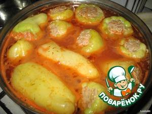 Когда вода закипит, добавляем томатную пасту. Можно добавить бульонный кубик. Главное – не пересолить. Закрываем крышкой и тушим на небольшом огне минут 40.