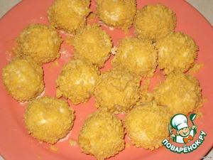 Застывшие шарики быстро обмакиваем в сироп, затем обваливаем в кукурузных хлопьях. Убрать в холодильник на 20 минут, чтобы застыла карамель, а потом можно кушать.