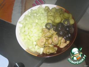Маслины, оливки, корнишоны порезать колечками (можно взять что-то одно).